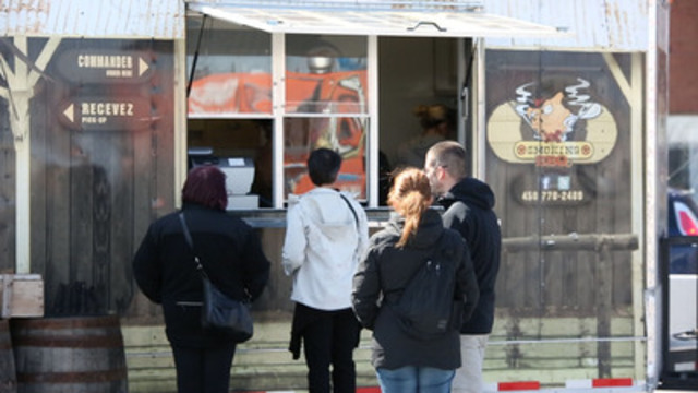 Les gens vont dîner à un camion de cuisine de rue aux Promenades St-Bruno grâce à un nouveau partenariat avec l''Association des restaurateurs de rue du Québec. (Groupe CNW/La Corporation Cadillac Fairview Limitee)