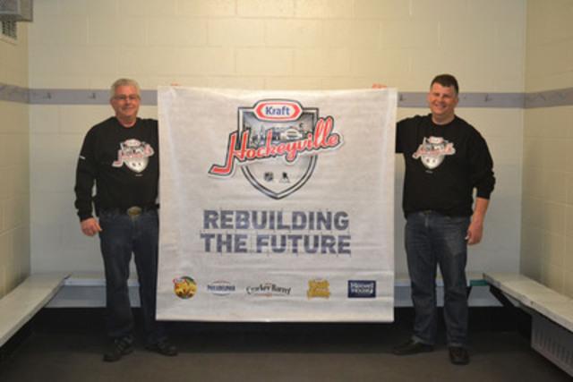 Wayne Ruffle, président du « Panorama Centre Commission » et Jason Fletcher bénévole de North Saanich, B.C, sont à l'intérieur du  « Panorama Recreation Centre Hockey Arena ». North Saanich a remporté le titre de Kraft Hockeyville 2015 et 100 000 $ lui sera alloué pour construire un vestiaire.  (Groupe CNW/Kraft Foods Group)