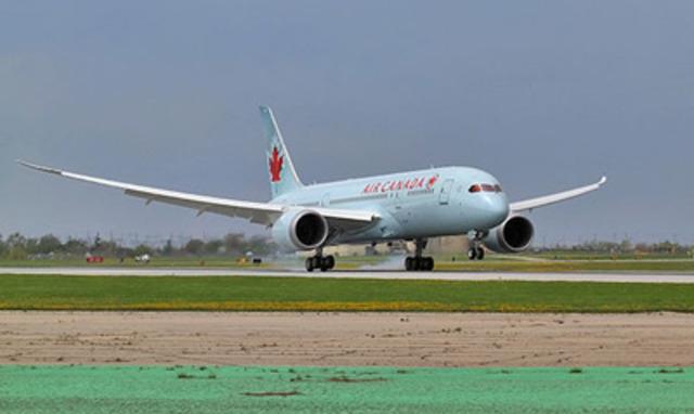 Le vol AC7008, le premier vol d'Air Canada assuré au moyen d'un appareil 787 Dreamliner, atterrit à l'aéroport international Lester B. Pearson de Toronto, le dimanche 18 mai 2014. (Groupe CNW/Air Canada)