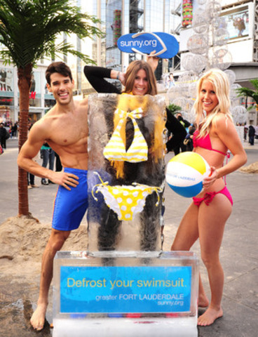 """Greater Fort Lauderdale Heated up Toronto with """"Defrost Your Swimsuit"""" Event. Vanessa Serrano strikes a pose behind frozen bikini with models.(CNW Group/Greater Fort Lauderdale)"""