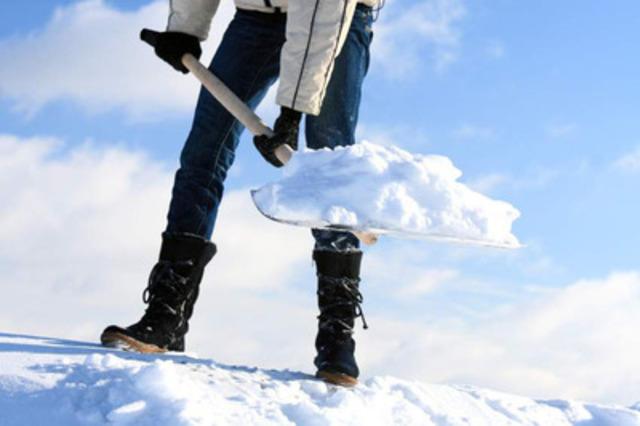 Pour pelleter en toute sécurité, allez-y par étape! (Groupe CNW/Association des chiropraticiens du Québec)