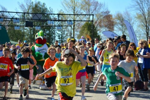 Zig-Zag, mascotte des Jeux d'été du Canada 2013, a participé au départ des enfants à l'occasion du tout premier Demi-Marathon BRP qui a eu lieu dimanche le 5 mai à Valcourt. Quelques 860 coureurs dont 120 enfants ont participé à cette superbe journée ensoleillée. (Groupe CNW/BRP)