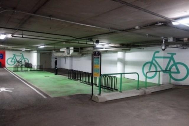 À l'intérieur du stationnement P A2, une zone exclusivement dédiée aux vélos a été aménagée. Elle comprend des supports à vélos, du marquage au sol ainsi qu'une station de réparation libre-service pour effectuer des ajustements mécaniques mineurs. Cette zone inclut également une caméra de surveillance opérationnelle 24 heures par jour. (Groupe CNW/Parc olympique)