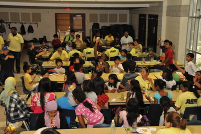 Campers enjoying lunch as part of the Sodexo Canada Feeding Our Future program (CNW Group/Sodexo Canada)
