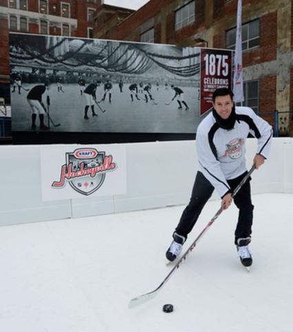 Un stationnement transformé en paradis du hockey : l'ex-défenseur de la LNH Patrice Brisebois lance l'édition 2014 de Kraft Hockeyville à l'ancienne patinoire Victoria à Montréal. Le programme est de retour, plus grand que jamais, et offre un million de dollars à 16 communautés différentes à travers le Canada. (Groupe CNW/Kraft Hockeyville)