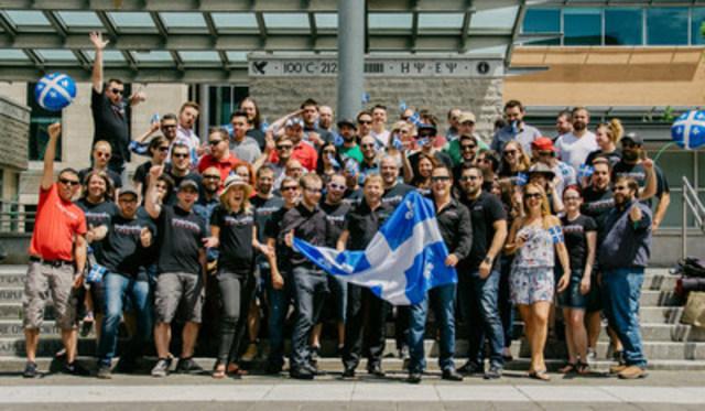 Une partie de l'équipe de Crakmedia posant au Parc de l'Université du Québec en juin 2015 devant leur bureau situé au 410, Boul. Charest Est, Suite 500, Québec (Groupe CNW/Crakmedia)