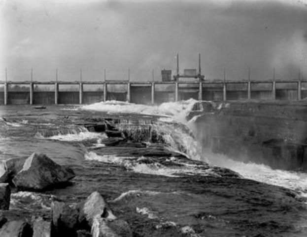 Photographie d''époque du barrage-voûte des chutes de la Chaudière sur la rivière des Outaouais. Le premier éclairage électrique faisait appel à l''énergie hydraulique, source fiable et propre, pour illuminer les nuits à Ottawa. Date inconnue. (Groupe CNW/Société de portefeuille d'Hydro Ottawa inc.)
