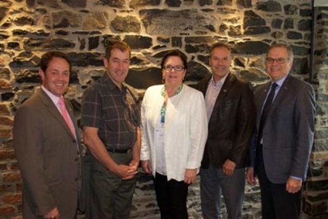 De gauche à droite : M. Arnaud Warolin, M. Paul Sarrazin, Mme Claudette Simard, M. André Paradis et M. Larry Bernier. (Groupe CNW/Fédération québécoise des municipalités)