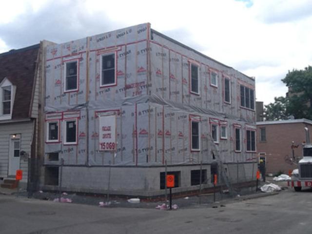 Les Industries Bonneville installent un duplex pour Habitat pour l''Humanité à Montréal! (Groupe CNW/Les Industries Bonneville)