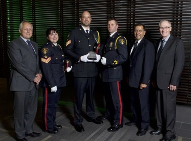 From left to right: Richard Wall, Chief of Currency, Sgt. Lisa Nowosad, Sgt. Dave Kozicki and Cst. Mike Scanlan, officers, Saskatoon Police Service, Mario Harel, President, Canadian Association of Chiefs of Police, and Clive Weighill, Chief, Saskatoon Police Service. (CNW Group/Bank of Canada)