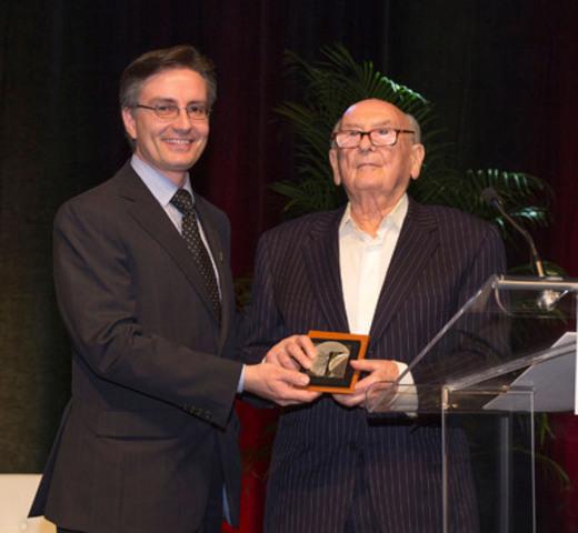 De gauche à droite : M. Stéphane Bilodeau, ing., président de l'Ordre des ingénieurs du Québec, et M. A. Karel Velan, ing., fondateur de l'entreprise Velan Inc., lors de la remise du Grand Prix d'excellence 2014. (Groupe CNW/Ordre des ingénieurs du Québec)
