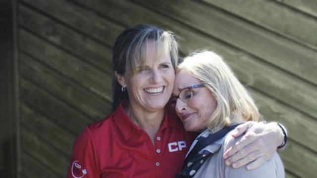 Lorie Kane, icône canadienne du golf, étreint sa mère Marilyn Kane. (Groupe CNW/WestJet)