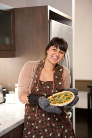 Kensington Hospice volunteer serves a fresh home-made meal to residents and families. (CNW Group/Kensington Foundation)
