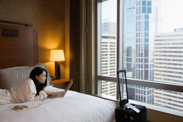 Les voyageurs canadiens classent la connexion Wi-Fi et le café haut de gamme au premier rang des commodités souhaitées. (Groupe CNW/Hotels.com)