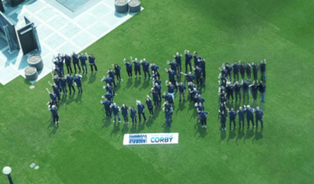 """Les employés Corby se réunissent en formant le mot """"FORE"""" pour marquer la 4ème édition de Responsib'All Day et une commandite de golf pour promouvoir la consommation responsable. (Groupe CNW/Corby Spiritueux et vins Communications)"""