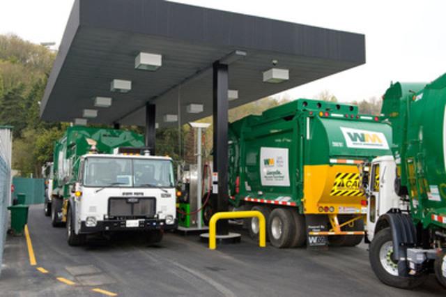 Des nouveaux camions fonctionnant au gaz naturel comprimé (GNC) de Waste Management ravitaillent à une stations-services CNG. (Groupe CNW/Waste Management, inc)