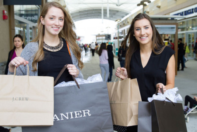Shoppers score some great deals at the grand opening of Outlet Collection at Niagara in Niagara-on-the-Lake, ON on May 15th. (CNW Group/Ivanhoé Cambridge)