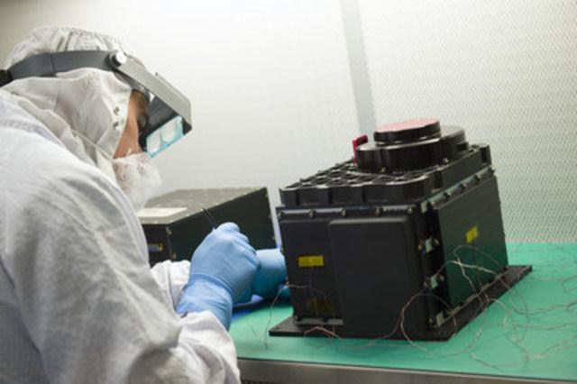 Un technicien prépare la tête du capteur de l''OLA en vue d'un essai au Goddard Space Flight Center de Baltimore, au Maryland. (Source : Debora McCallum, Goddard Space Flight Center, NASA.) (Groupe CNW/Agence spatiale canadienne)