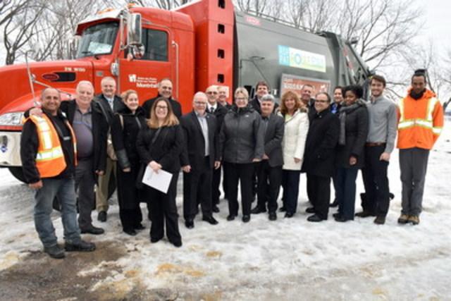 Sur la photo : élus et personnel de l'arrondissement, représentants de Camions Excellence Peterbilt et EBI. (Groupe CNW/Ville de Montréal - Arrondissement Rivières-des-Prairies - Pointe-aux-Trembles)