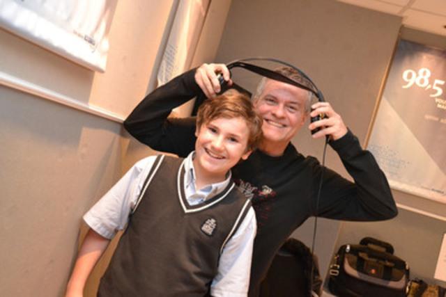 Philippe Tramblay, 12 ans, et Paul Houde, animateur de Montréal Maintenant au 98,5 FM. (Groupe CNW/FONDATION CHU SAINTE-JUSTINE)