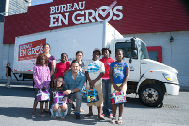 """Benoit Gagnon, spokesperson for le Club des petits déjeuners, as he delivered breakfast in lunch boxes to a group of students from l'École Adrien-Gamache of Longueil, to launch the Club's fund raising campaign """"Breakfast: an essential school supply"""", this morning at a Montréal Bureau en gros store. (CNW Group/Staples Canada Inc.)"""