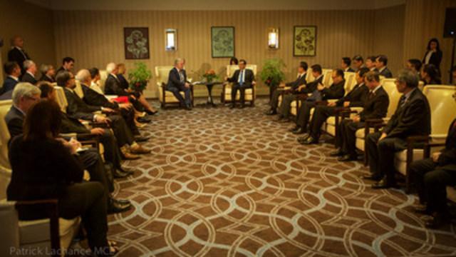 Le premier ministre du Québec, Philippe Couillard, en rencontre avec le premier ministre du Conseil des affaires de l'État de la République populaire de Chine, Li Keqiang. Les sujets abordés ont été l'économie, le marché du carbone, le libre-échange et la nouvelle liaison Montréal-Shanghai. (Groupe CNW/Cabinet du premier ministre)