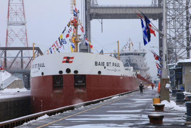 Le nouveau navire de Classe Trillium de Canada Steamship Lines, Le Baie St. Paul. Le bateau a franchi l'écluse de Saint-Lambert à l'occasion de l'ouverture officielle de la 55e saison de navigation de la Voie maritime du Saint-Laurent. (Groupe CNW/Corporation de Gestion de la Voie Maritime du Saint-Laurent)