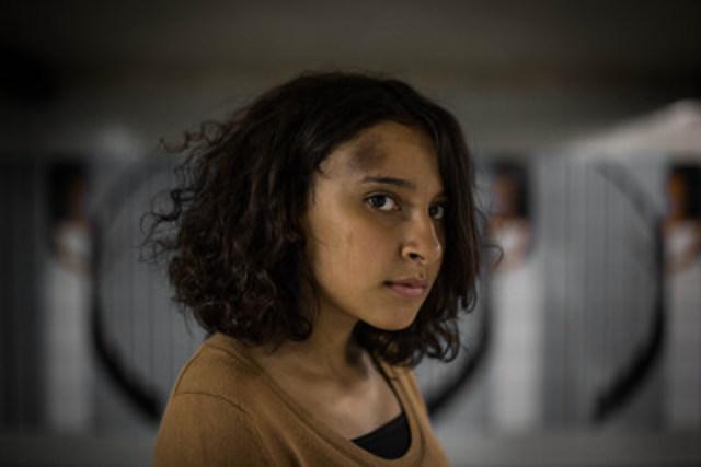 """Une partie de l'essai photo """"Just Stop"""" par Eman Helal : Esraa Ahmed, 15 ans, était dans le métro de retour de l'école quand un homme a décompressé sa jupe et l'a jetée à terre. Les responsables du métro ont pris aucune mesure contre son agresseur. (Groupe CNW/Canadian Journalism Forum on Violence and Trauma)"""
