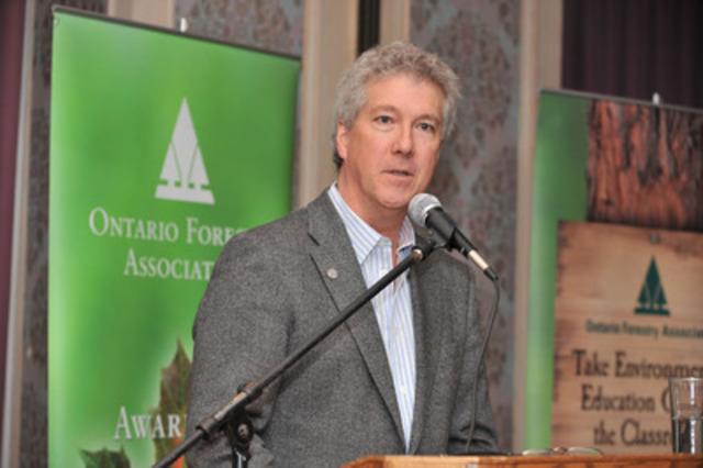 Rob Keen, chef de la direction, Arbres Ontario, procède au lancement du document A Healthy Dose of Green à l'occasion de la 63e conférence annuelle de l'Association forestière de l'Ontario (Groupe CNW/Trees Ontario)