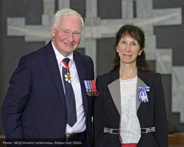 Son Excellence le très honorable David Johnston, gouverneur général du Canada, et madame Angéline Martel, professeure au Département Sciences humaines, Lettres et Communications. (Groupe CNW/TÉLUQ)