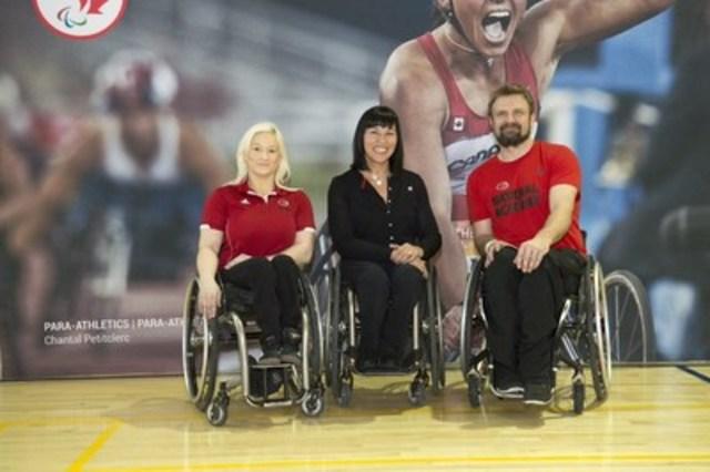 Les joueurs de basketball en fauteuil roulant Melanie Hawtin et Bo Hedges, deux espoirs pour Rio 2016, ont été inspirés par la Chef de mission Chantal Petitclerc aujourd'hui. (Groupe CNW/Comité paralympique canadien (CPC))