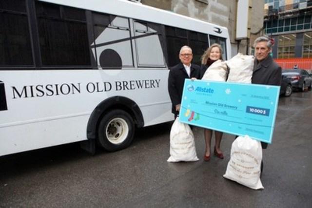 Matthew Pearce, président et chef de la direction de la Mission Old Brewery, ainsi que Marie Claire Morin, directrice générale de la Fondation Mission Old Brewery, sont heureux de recevoir un don de 10 000 $, remis par Carmine Venditti, directeur d'agence d'Allstate Assurance. (Groupe CNW/Allstate du Canada, Compagnie D'Assurance)