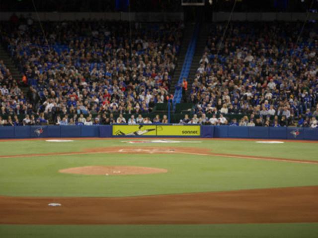 Sonnet a créé une affiche unique derrière le marbre à domicile qui célèbre le baseball (Groupe CNW/Sonnet)