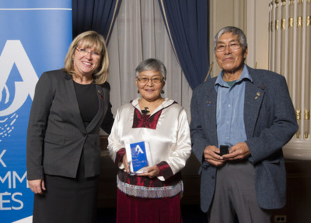 De gauche à droite : la ministre Mme Francine Charbonneau, la lauréate Mme Louisa Cookie-Brown et le président de la Table régionale de concertation des aînés du Nunavik M. Bobby Snowball. (Groupe CNW/Cabinet de la ministre de la Famille)