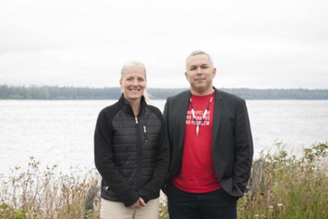 Hon. Catherine McKenna, ministre de l'Environnement et Changement climatique et ministre responsable de Parcs Canada et Kil tlaats'gaa, Peter Lantin, président de la Nation haïda (Groupe CNW/Haida Nation)