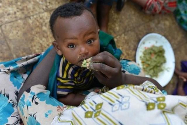 © UNICEF/UNI183083/Nesbitt Une mère nourrit son enfant avec du gruau fait d'aliments locaux dans un centre de santé du village de Maderia, en Éthiopie. (Groupe CNW/UNICEF Canada)