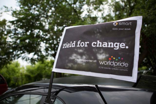 Les participants du défilé smart pour le festival WorldPride ont reçu des drapeaux sur le thème de la fierté (Groupe CNW/smart Canada)