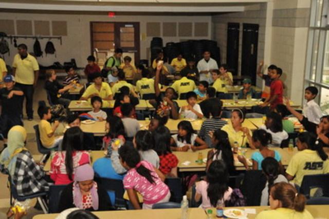 Les campeurs dégustent leur dîner dans le cadre du programme Alimenter le futur de Sodexo Canada. (Groupe CNW/Sodexo Canada)