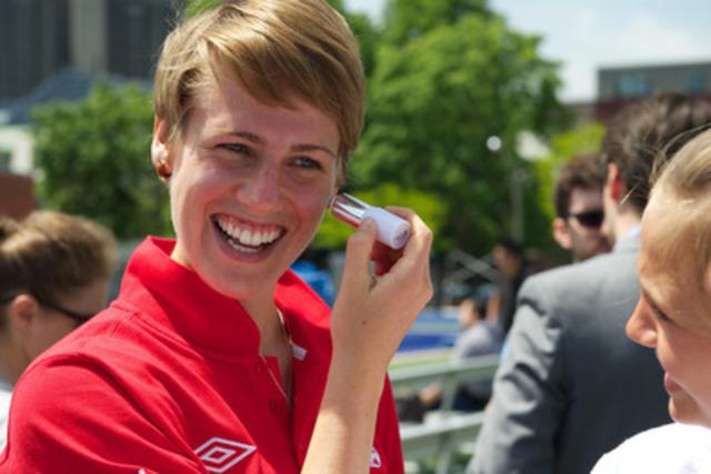 Sophie Schmidt, membre de l'équipe nationale féminine de soccer du Canada applique l'écran solaire Ombrelle à l'occasion de la conférence de presse annonçant le partenariat entre Garnier-Ombrelle et l'Association canadienne de soccer. (Groupe CNW/L'Oréal)