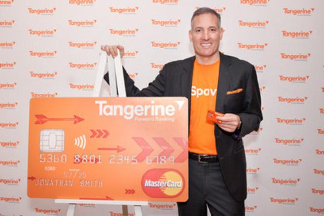 Le président et chef de la direction de Tangerine, Peter Aceto, montre fièrement la nouvelle Carte de crédit Remises de Tangerine, présentée aujourd'hui au café de la banque au centre-ville de Toronto. Les Canadiens peuvent maintenant s'inscrire pour obtenir un aperçu de la carte avant son lancement en 2016. (Groupe CNW/Tangerine)