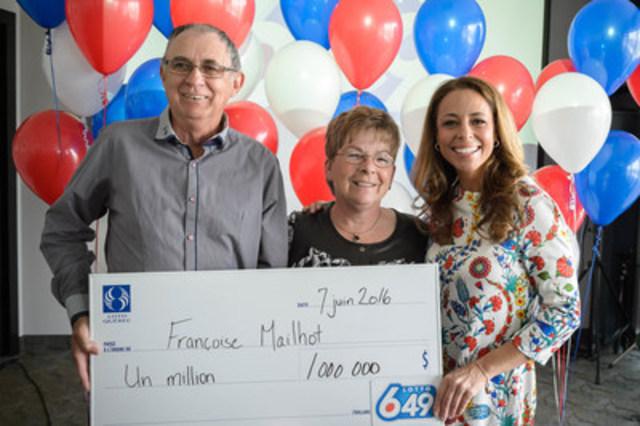 Mme Françoise Mailhot est entourée de son conjoint, M. Claude Lambert, et de Claudia Ébacher (Groupe CNW/Loto-Québec)