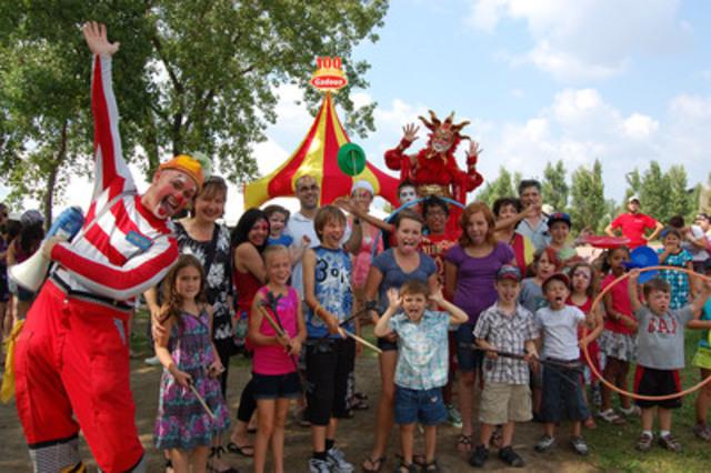 Gadoua fête ses 100 ans en compagnie de centaines de familles québécoises réunies pour un barbecue et un spectacle exclusif de la troupe de cirque Les 7 doigts de la main à la TOHU. (Groupe CNW/Capital Image Inc.)