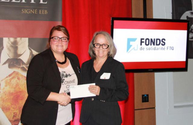 Peggy Duquet de Métal Duquet reçoit une bourse pour l'École d'entrepreneurship de Beauce des mains de Louise Lalancette des Fonds régionaux de solidarité FTQ Chaudière-Appalaches (Groupe CNW/Fonds régionaux de solidarité FTQ)