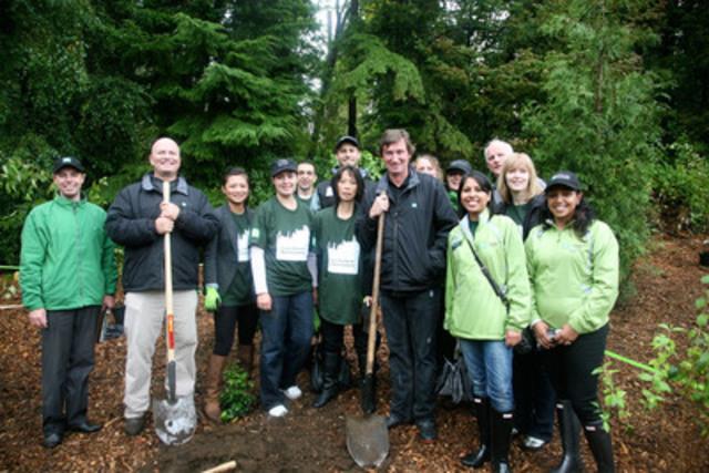 WayneGretzky et des bénévoles participent à une activité de plantation d'arbres organisée dans le cadre des Journées des arbresTD au parc Stanley, à Vancouver, en Colombie-Britannique (Groupe CNW/TD Friends of the Environment Foundation)
