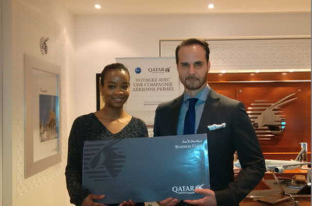 Steven Tuzzolino, Directeur des ventes Est du Canada chez Qatar Airways, remet le prix à la gagnante Alicia Lue. (Groupe CNW/Qatar Airways)