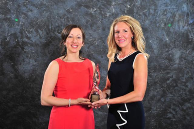 Isabelle Landry et Tracy Bell d'Ambulance Nouveau-Brunswick acceptent le Prix d'excellence or en relations communautaires (Groupe CNW/Société canadienne des relations publiques)