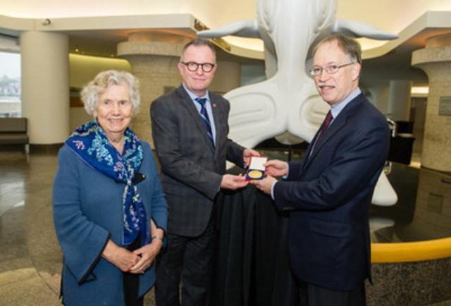 Mark O'Neill, président-directeur général du Musée canadien de l'histoire en compagnie de l'honorable Landon Pearson, O.C., ancienne sénatrice et défenderesse des droits de l'enfant et de Ian Shugart, sous-ministre des Affaires étrangères (Groupe CNW/Musée canadien de l'histoire)