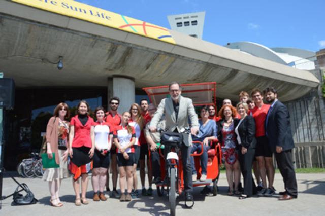 Le président-directeur général du Parc olympique, Michel Labrecque, entouré de l'équipe et des partenaires de Vélopousse Maisonneuve. (Groupe CNW/Parc olympique)