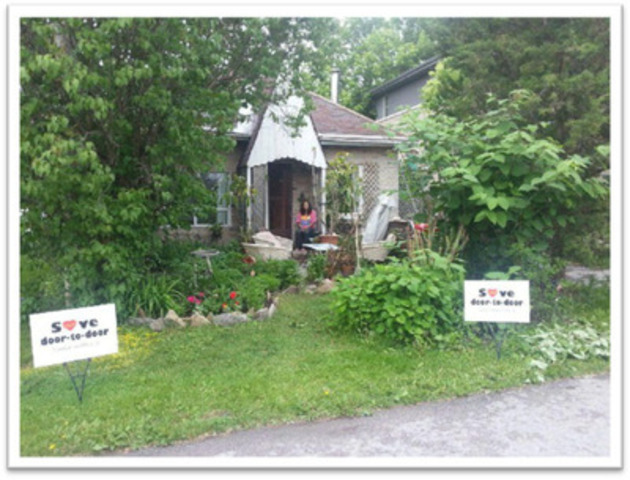 Lynda Kitchikeesic in front of her home (CNW Group/Canadian Union of Postal Workers)