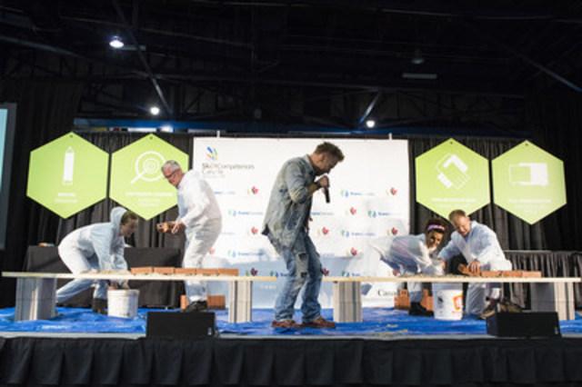 Les invités de marque participent au défi de briquetage lors du lancement officiel des Olympiades canadiennes des métiers et des technologies 2016. (Groupe CNW/Skills/Compétences Canada)